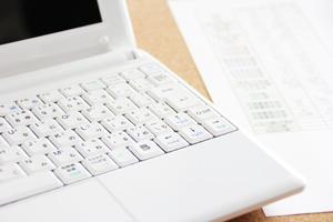 ノートパソコンとシュミレーション表