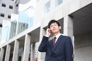 電話をする不動産会社営業マン