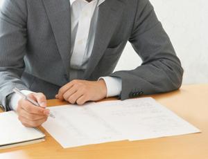 契約書を書く男性
