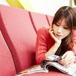 不動産の広告を見る若い女性