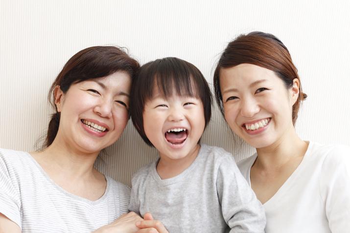 楽しそうにほほ笑む嫁と姑と孫