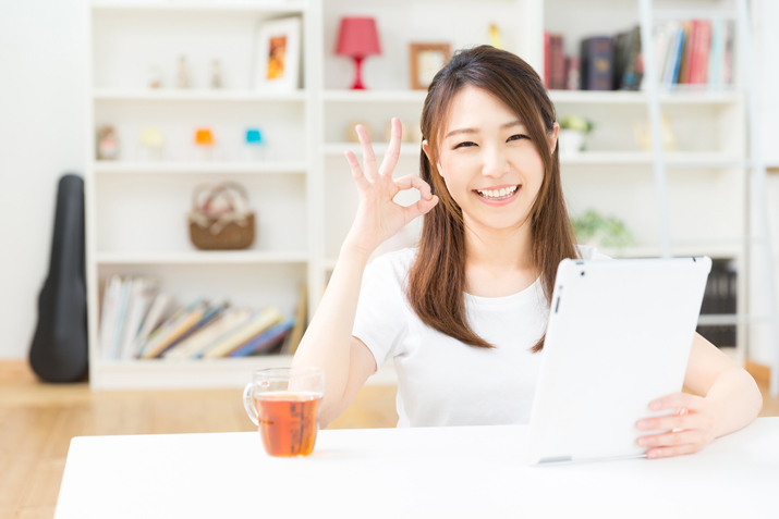 不動産一括査定を利用し家の売却に成功して笑顔の女性